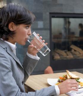 吃饭时喝水真的会稀释胃酸么?