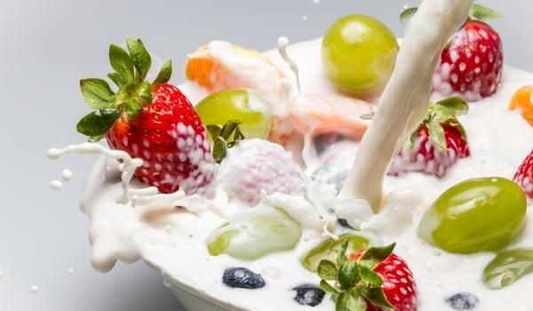 牛奶搭配水果会在胃里结块?1.jpg
